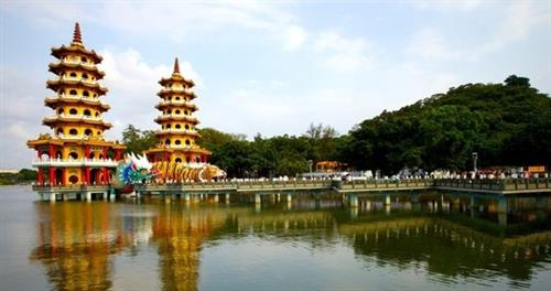 Picture of a lake in Taiwan. Two pagodas next to each other in the middle of the lake with a tiger and dragon in front.